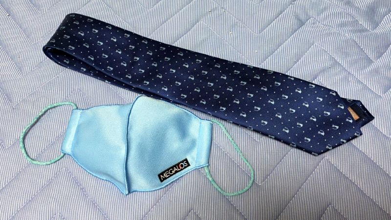 青のねこネクタイと青マスク