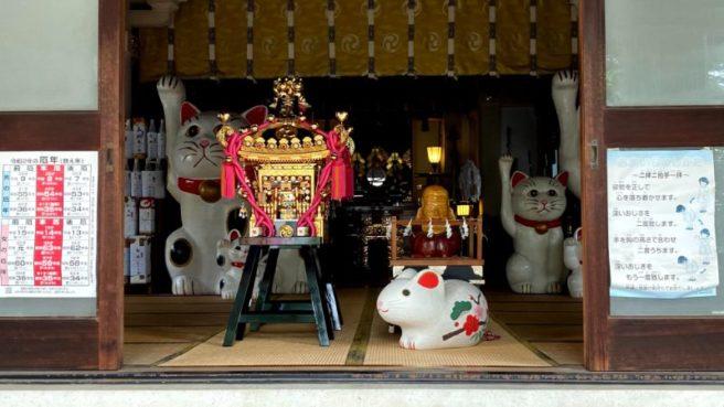 拝殿の招き猫