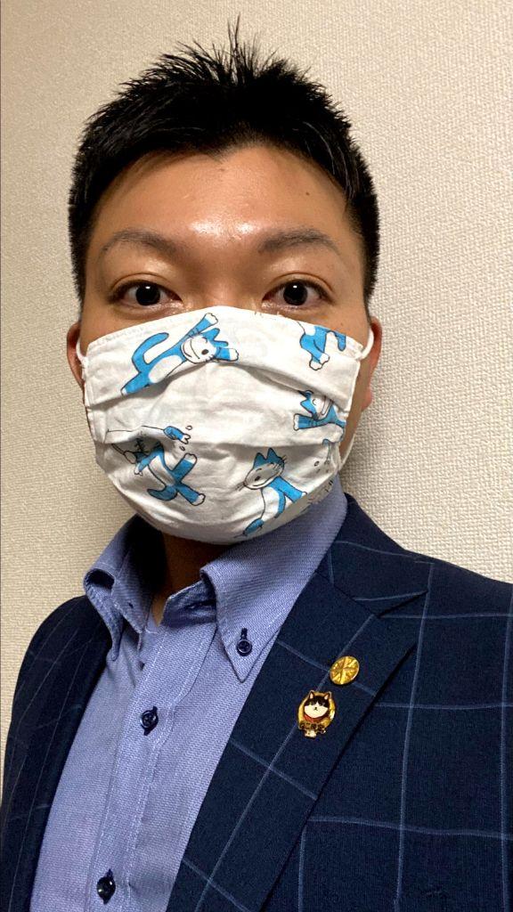 ねこ検定上級合格認定バッジと中小企業診断士バッジをつけた ゆたたみこと福井佑太
